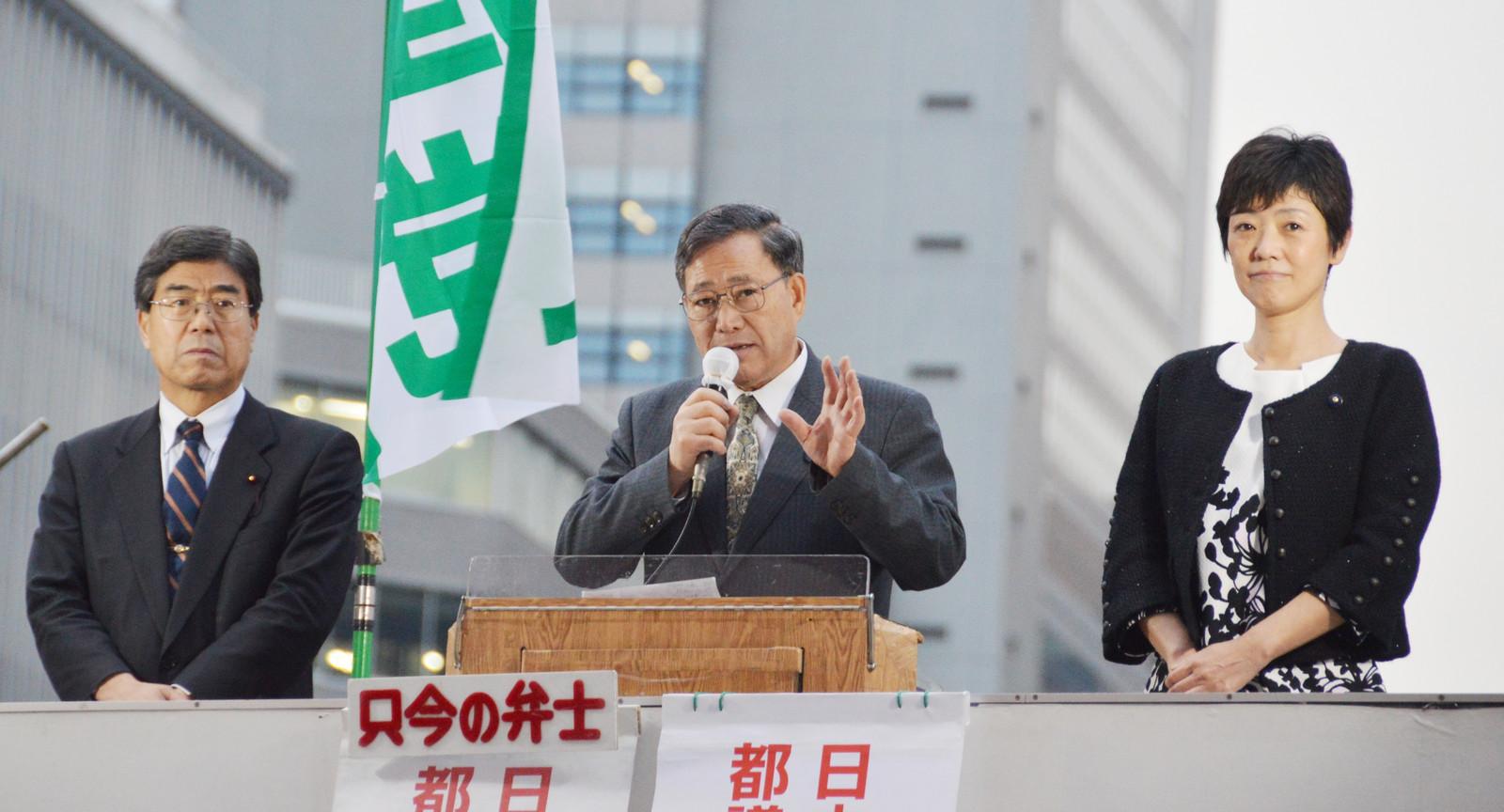 高すぎる国保料負担の軽減を訴える(左から)雨宮、植木、和泉の3氏=20日、東京・JR新宿駅西口前