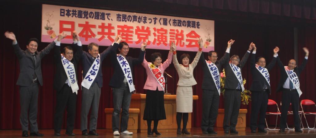 聴衆に応える共産党候補者ら=21日、東京都青梅市