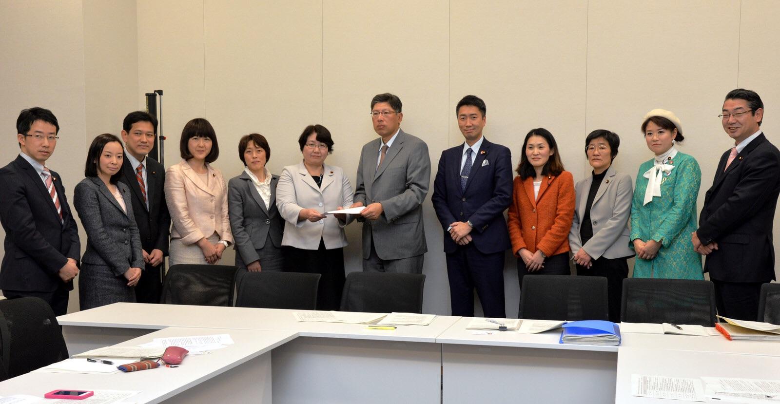 武川内閣府政策統括官(左から7人目)に申し入れ書を渡す党国会議員団=16日、衆院第2議員会館
