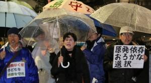 「全ての原発再稼働反対」とコールする抗議行動参加者=10日、首相官邸前