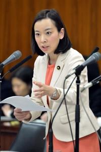 質問する吉良よし子議員=31日、参院総務委