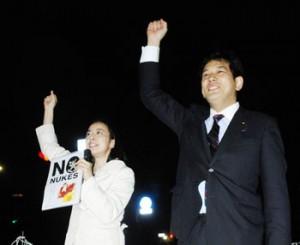 コールする吉良(左)、宮本の両議員=3日、国会正門前