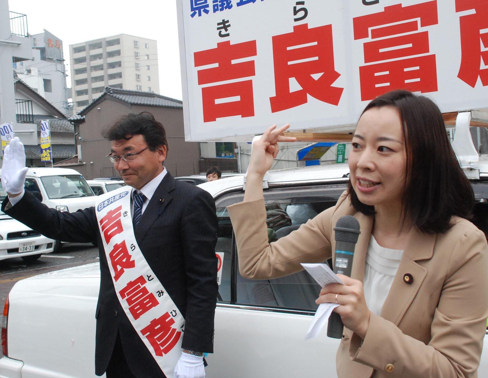 7人の県議団実現をと訴える吉良参院議員。左は吉良候補=5日、高知市