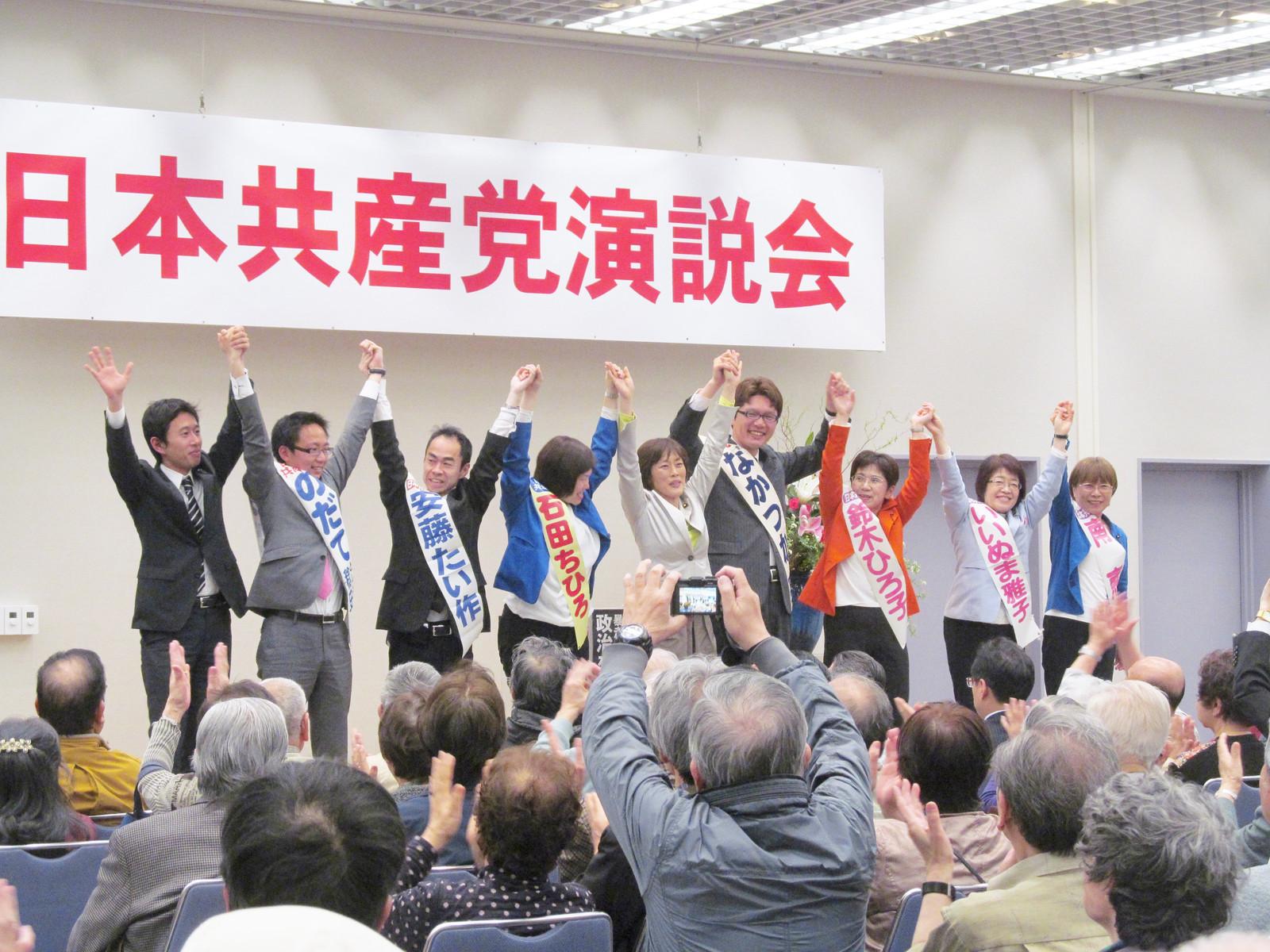 7区議候補と田村参院議員(中央)、白石都議(左端)=3月31日、東京都品川区