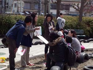 子ども連れの女性と対話するサポーターズの人たち=12日、東京都大田区