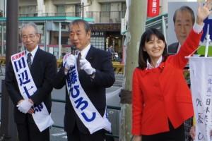 街頭に立つ(左から)田辺区長候補、加藤区議候補、斉藤衆院議員=23日、東京都中央区