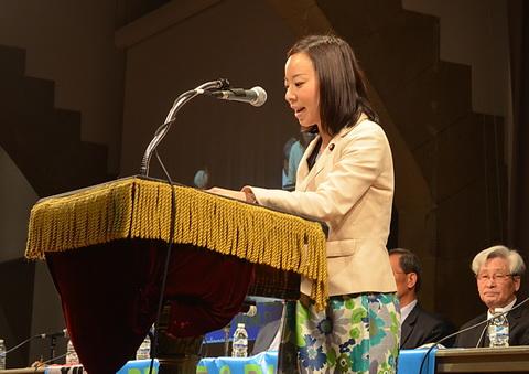 国連平和地球会議で、英語でスピーチする吉良参院議員=25日、ニューヨーク(阿部活士撮影)