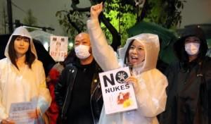 抗議行動に参加者と一緒にコールする吉良よし子参院議員=10日、首相官邸前