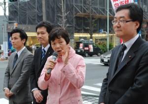 街頭に立ち演説する(左から)松嶋、宮本、星見、岩崎の各氏=16日、東京都目黒