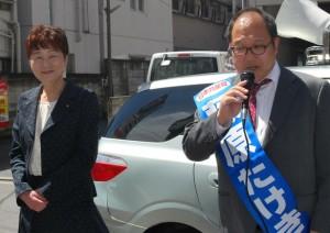 街頭で訴える藤原たけき区議候補(右)と大山とも子都議(左)=15日、東京都新宿区