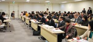福祉保健局と交渉する共産党議員団=2月5日、東京都庁