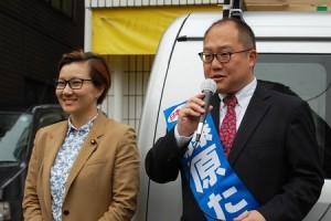 池内衆院議員(左)の応援を受けて第一声をあげる藤原候補=19日、東京都新宿区