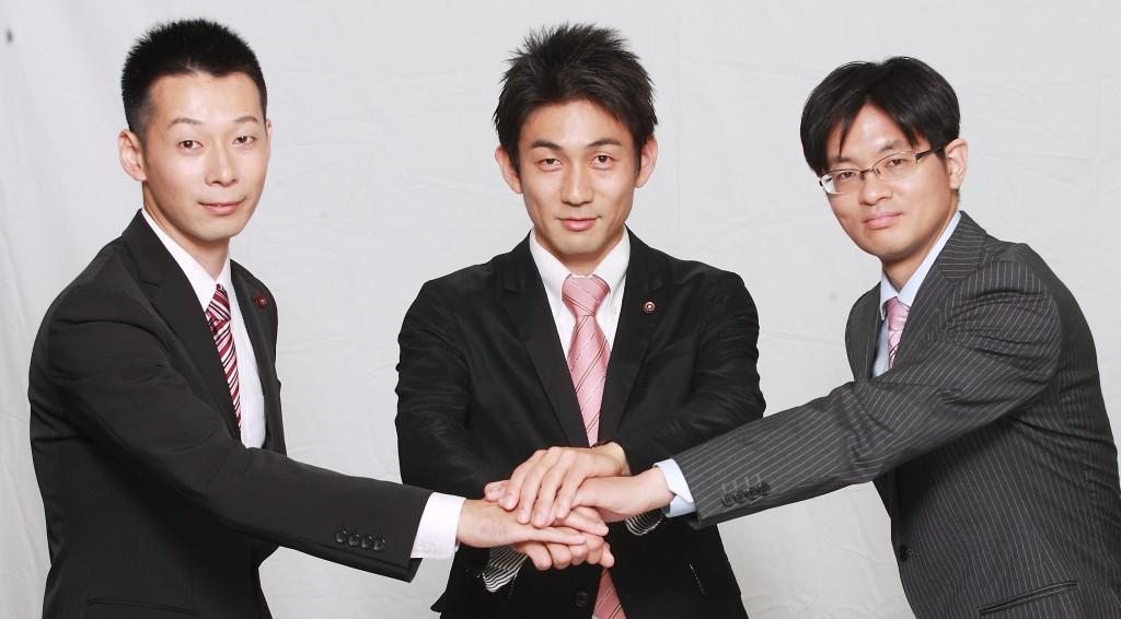 全員当選し決意をかためあう中山(左から)、幸野、岡部の三氏=東京・国分寺市