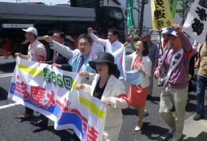 デモ行進する参加者と小池副委員長(最前列右から2人目)、吉良参院議員(2列目右から2人目)、宮本衆院議員(同3人目)=1日、東京都立川市