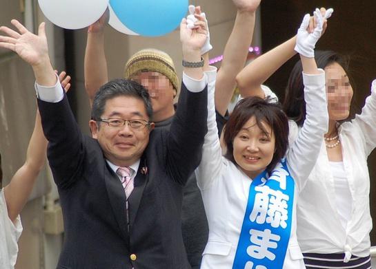聴衆の声援にこたえる斉藤まりこ区長候補(中央)と小池氏(左から2人目)=10日、東京都足立区