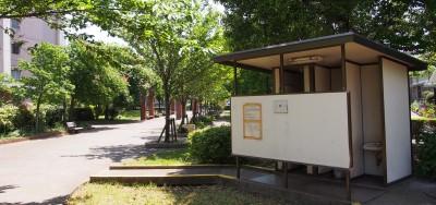「災害一時集合場所」に指定されている、青和憩いの森公園のトイレも廃止予定に=東京都足立区青井