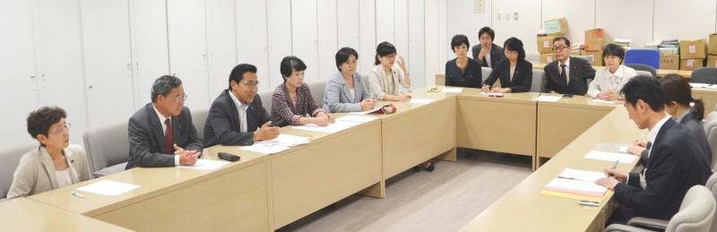 横田基地へのCV22オスプレイの配備撤回を都に求める東京都議団=12日、都庁内