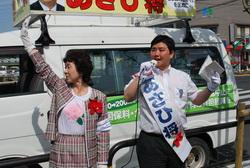 戦争法案ストップを訴えるあさひ将区議候補(右)=14日、東京都足立区