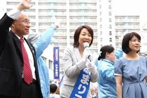 宇都宮弁護士(左端)らと訴える斎藤候補=15日、東京都足立区の西新井駅前