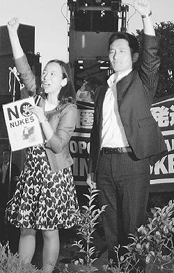 (写真)「原発いらない」とコールする吉良氏(左)と藤野氏=22日、国会正門前