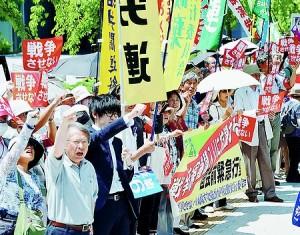 (写真)戦争法案の審議入りに対し、国会前で抗議する人たち=26日、東京都千代田区