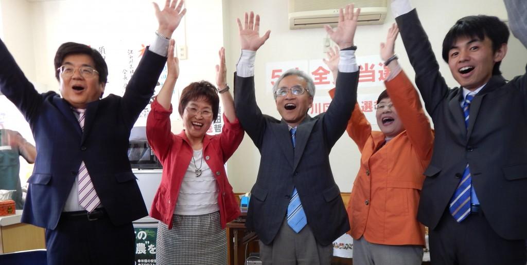 12年ぶりに候補者全員当選を果たした江戸川区。喜ぶ5氏=27日、東京都江戸川区