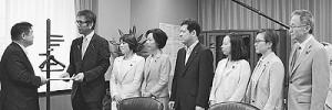 遠藤五輪担当相に申し入れを行う日本共産党国会議員団=17日、東京都千代田区