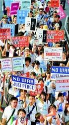 「戦争法案反対」と訴えてデモする高校生たち=2日、東京都渋谷区
