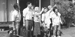 (写真)離島便の飛行ルートを確認する宮本徹衆院議員(左から2人目)ら=2日、東京都調布市