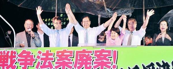 (写真)野党党首ら訴え。左2人目から右へ、民主・岡田代表、志位委員長、社民・福島副党首、生活・主濱副代表