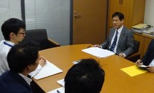 国交省の担当者から話を聞く宮本氏(右)=7日衆院第1議員会館(「しんぶん赤旗」提供)
