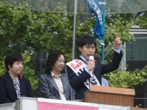 「国民連合政府」提案の実現を呼びかける山添候補。左端はあぜ上都議=16日、東京駅前