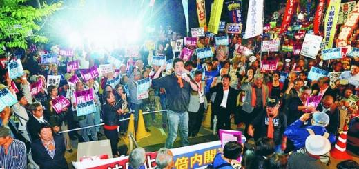 戦争法廃止と安倍内閣退陣を求めて声をあげる人たち=19日、国会正門前