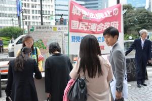 戦争法廃止の署名をする人たちと語る 山添拓参院東京選挙区候補(右から2 人目)=23日、東京・新宿駅西口