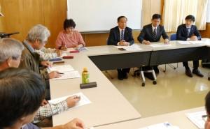 「横田基地の撤去を求める西多摩の会」と懇談する右から山添、 宮本の両氏=5日、東京都福生市(「しんぶん赤旗」提供)