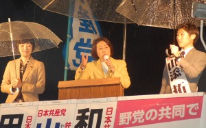 戦争法廃止へ共同を訴える(右から)山添、田村、和泉の各氏=10日、東京都葛飾区(「しんぶん赤旗」提供)