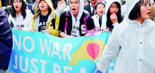 (写真)デモ行進する高校生たち=8日、東京都渋谷区