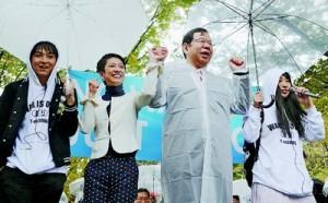 (写真)高校生たちの声にこたえる蓮舫民主党代表代行(左から2人目)と志位和夫委員長(その右)=8日、東京都渋谷区