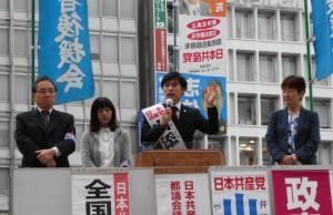 訴える山添氏(中央)ら=20日、JR新宿駅西口