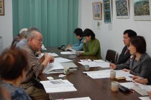 多和田氏(左手前から2人目)と懇談する(奥右から)田村、宮本両氏ら=24日、東京都国立市