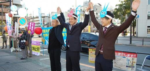 参加者の「野党は共闘」の呼びかけに応え手をつなぐ(右から)山添、宮本、有田の各氏=28日、東京都江東区