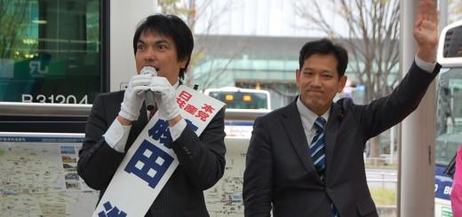 第一声で訴える藤田候補(左)と宮本氏=6日、武蔵小金井駅前