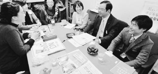 「ママの会@東京」と懇談する(右から)山添、志位、田村の各氏=13日、東京都文京区