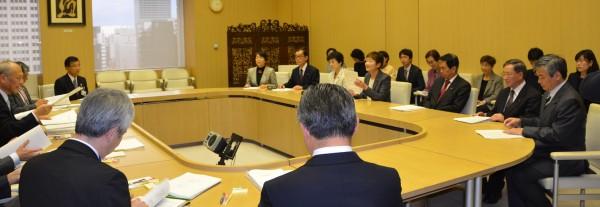 舛添要一知事(左端)に予算要望を行う日本共産党都議団(右端)=17日、東京都庁(「しんぶん赤旗」提供)