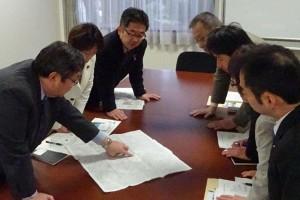 放射2号線問題で、星薬科大学の説明を受ける(左2人目から)田村、小池、笠井、白石の各氏ら=17日、東京都品川区