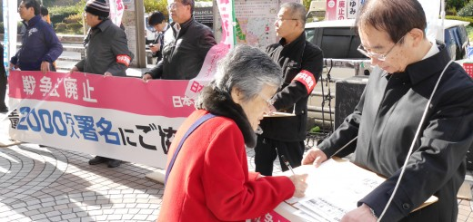 日本共産党東京都委員会の戦争法廃止と2000万署名への協力を訴える宣伝=25日、東京・新宿駅西口