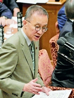 (写真)質問する笠井亮議員=12日、衆院予算委