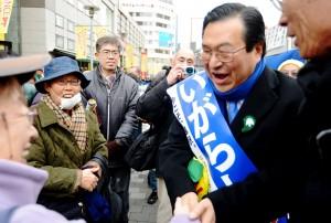 有権者と握手する、いがらし候補=17日、東京都八王子市