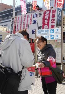 新宿駅東口で署名をよびかける女性後援会員=22日、東京都新宿(「しんぶん赤旗」提供)