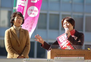 戦争法廃止へ共同を訴える田村氏(右)と里吉氏=22日、新宿駅西口(「しんぶん赤旗」提供)